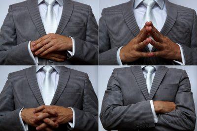 Homme avec les mains et bras croisés, langage non-verbal