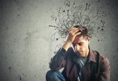 Homme anxieux au travail anxiété