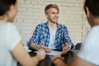 Jeune homme en entrevue d'embauche